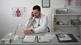 Timelapse se doutor que trabalha com papéis em sua mesa fotografia de stock