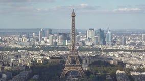 Timelapse se nubla el movong de las sombras rápidamente sobre la torre Eiffel y los edificios de la ciudad de París metrajes