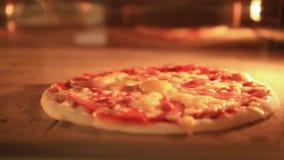 Timelapse si accelera di cottura italiana della pizza dentro stock footage