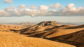 Timelapse si appanna sorvolando le montagne asciutte e le colline liscie, Fuerteventura, Spagna stock footage