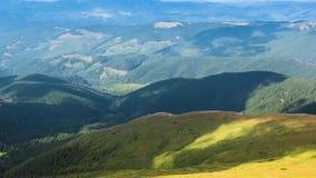 Timelapse sikt av Carpathians flyg- sikt Sceniskt skott av berg Top besk?dar Skuggor fr?n moln som p? flyttar lager videofilmer