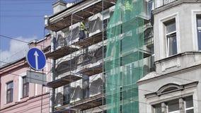 Timelapse sikt av den gamla byggande fasaden med pågående konstruktionsprocess lager videofilmer