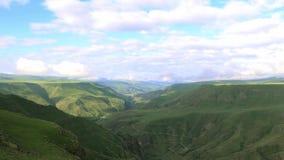 Timelapse sikt av den höglands- dalen från höjden av kullen stock video