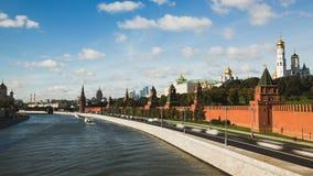 Timelapse sikt av den historiska mittMoskvamitten med floden, kremlin och trafik stock video