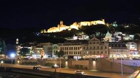 Timelapse sikt av det Tbilisi centret och den Narikala fästningen lager videofilmer