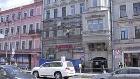 Timelapse sikt av gatan med konstruktionsprocess av den gamla beigea byggande fasaden arkivfilmer