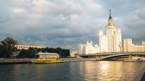 Timelapse sikt av historisk byggnad i moscow med flodframdelen arkivfilmer