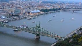 Timelapse sikt av skepptrafik på Danubet River på frihetbron i centrala Budapest som delar de Buda och plågadelarna av t stock video