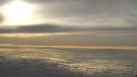 Timelapse sikt från flygplanfönstret molnig dag stock video