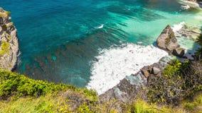 Timelapse sikt från klippan till den gömda vita Atuh stranden på den Nusa Penida ön, Bali, Indonesien arkivfilmer