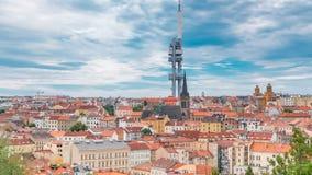 Timelapse sikt uppifrån av den Vitkov minnesmärken på det Prague landskapet på en solig dag med den berömda Zizkov TV:N arkivfilmer
