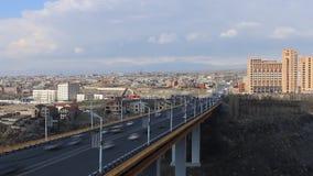 Timelapse sikten från höjden på den stora bron mot himlen och husen lager videofilmer