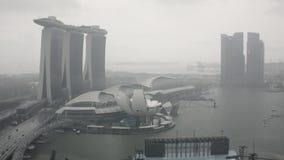 Timelapse Singapore Marina Bay med mörkermoln och en sikt av skyskraporna skjutit Tid schackningsperiod Singapore av marina arkivfilmer