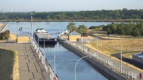 Timelapse Slussen, skepphiss Magdeburg Rothensee mellan floden Elbe och kanalen Mittellandkanal, Tyskland arkivfilmer