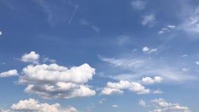 Timelapse soleado del cielo con las nubes rápidas metrajes