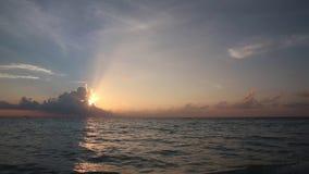 Timelapse solnedgång över havet arkivfilmer