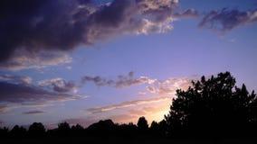 Timelapse solnedgång med strålbakgrund stock video