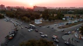 Timelapse Solnedgång på den Zorge gatan med natttrafik på tvärgator i staden av Rostov On Don arkivfilmer