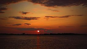 Timelapse solnedgång på floden i röda färger lager videofilmer