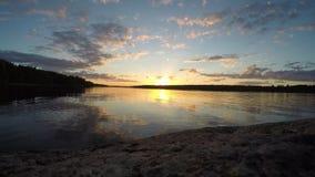 Timelapse solnedgång på sjön arkivfilmer
