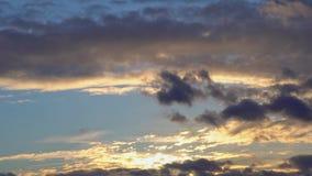 Timelapse-Sonnenaufgang-Goldblauer orange purpurroter Himmel cloudscape Zeitspannehintergrund stock footage