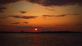 Timelapse-Sonnenuntergang auf dem Fluss in den roten Farben stock video footage