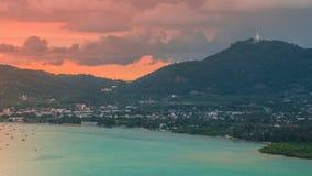 Timelapse-Sonnenuntergang an Chalong-Bucht und großes Budhha in Phuket, Thailand stock footage