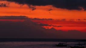 Timelapse-Sonnenuntergang, der das Vulkan agung und die Fischerboote von der Insel von Lombok, Indonesien übersieht stock video