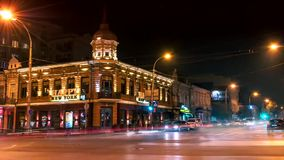 Timelapse Spårar från billyktorna av bilar nära vägen i mitten av Rostov On Don på natten arkivfilmer