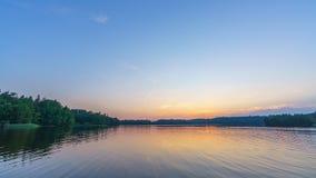 Timelapse spokojny piękny zmierzch nad lasowym jeziorem zbiory
