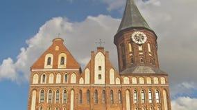 Timelapse Stå högt den Koenigsberg domkyrkan på bakgrunden av stackmolnmoln Kaliningrad förr Koenigsberg, Ryssland lager videofilmer