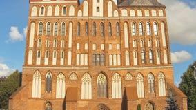 Timelapse Stå högt den Koenigsberg domkyrkan på bakgrunden av stackmolnmoln Kaliningrad förr Koenigsberg, Ryssland arkivfilmer