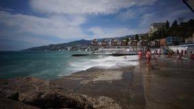 Timelapse storm i den Yalta Massandra stranden och folk lager videofilmer