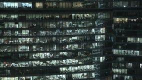 Timelapse tätt sköt upp av fasad för skyskrapa s i centrum Låst ner nattskott lager videofilmer