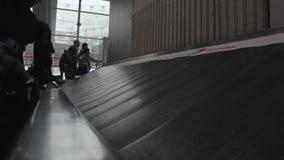 Timelapse tiró de gente en el área de demanda de equipaje en el aeropuerto, París almacen de metraje de vídeo