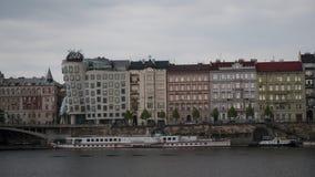 Timelapse tiró del paisaje urbano de Praga del río Praga, República Checa almacen de video