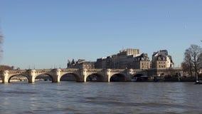 Timelapse - tráfego do barco sob Pont Neuf no Seine River - a Paris, França video estoque