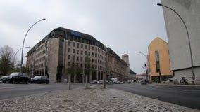Timelapse: Tráfego na frente da construção de Debeka da companhia de seguros em Berlim video estoque