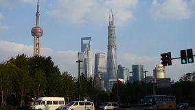Timelapse, tráfico urbano con el fondo del edificio del negocio del lujiazui de Shangai, torre de la perla de Oriente almacen de video