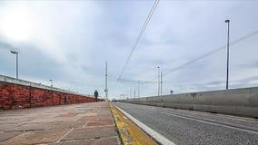 Timelapse tramite del ponte di Liberta di della che collega la città di Venezia al continente al giorno soleggiato, Italia archivi video