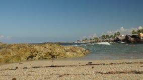 Timelapse tranquilo de las pequeñas ondas que estrellan una playa vacía de la arena que crea espuma del mar Mar agitado en Chipre metrajes
