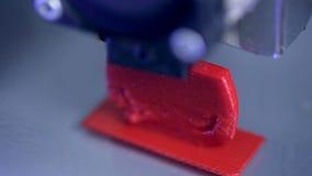 Timelapse Tredimensionellt skrivararbete closen tappar extremt falla över red upp vatten stock video