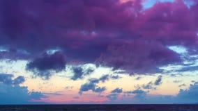Timelapse tropikalnego wieczór purpurowy pomarańczowy zmierzch nad morzem wśród chmur, Crete, Grecja zbiory