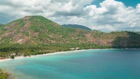 Timelapse Tropische lagune met duidelijk water en strand met wit zand en palmen in een Lombok-eiland, Indonesië stock footage
