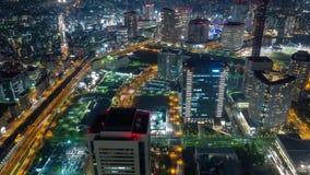 Timelapse tusentals ljus i nattstaden och huvudvägen arkivfilmer