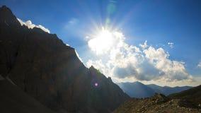 TimeLapse, una vista dei picchi di montagna attraverso il sole con le nuvole video d archivio