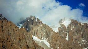 TimeLapse, una vista dei picchi di montagna che coprono le nuvole video d archivio