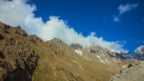 TimeLapse, una vista dei picchi di montagna che coprono le nuvole archivi video