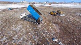 Timelapse Usyp ciężarówka zwalnia odpady przy jałowego usuwania usypem truteń 4K zbiory