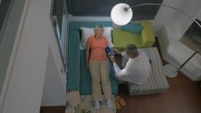 Timelapse van artsen bezoekende vrouw thuis stock videobeelden
